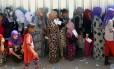 Mulheres yazidis fazem fila para pegar comida, no campo de refugiados em Bajid Kandala, na província de Dohuk