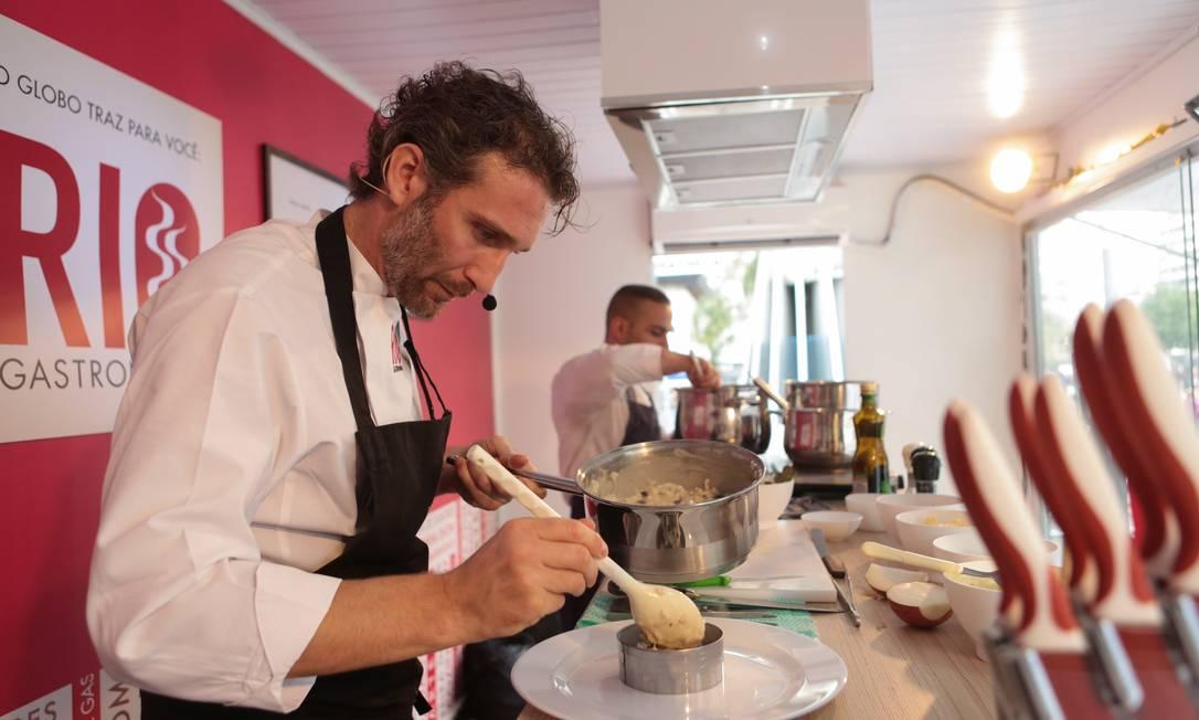 No Caminhão Cozinha Show estacionado no Largo da Carioca, o chef italiano Paolo Lavezzini, preparou um risoto com feijão Foto: O Globo / Cecília Acioli