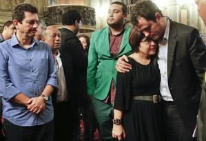 O deputado federal do PSDB Otávio Leite (à esquerda) observa o abraço entre Aspásia Camargo (PV) e Glauber Braga (PSB) na missa de sétimo dia em homenagem a Eduardo Campos Foto: Guito Moreto / Guito Moreto
