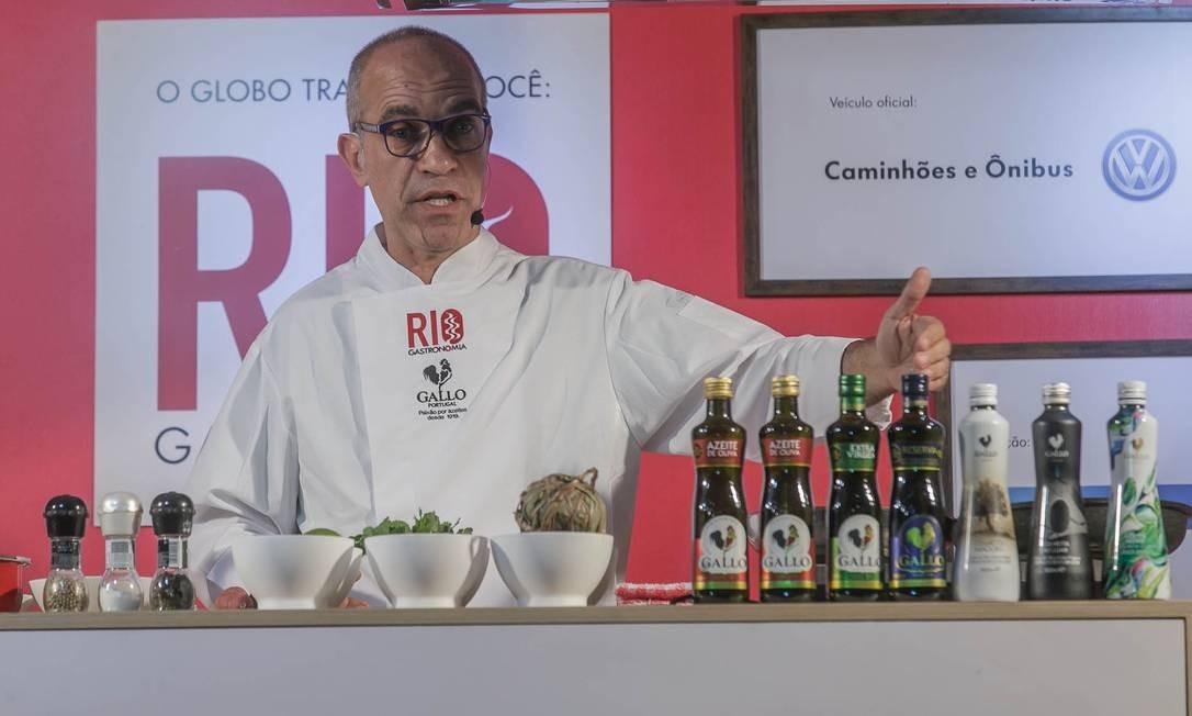 O azeitólogo Marcelo Scofano tirou dúvidas do público no Caminhão Cozinha Show Foto: O Globo / Marco Sobral