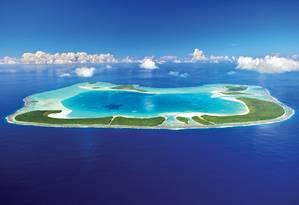 A incrível vista aérea do atol de Tetioara no Pacífico Sul. No resort The Brando, um dos bares dá vista para a bela lagoa Foto: Divulgação