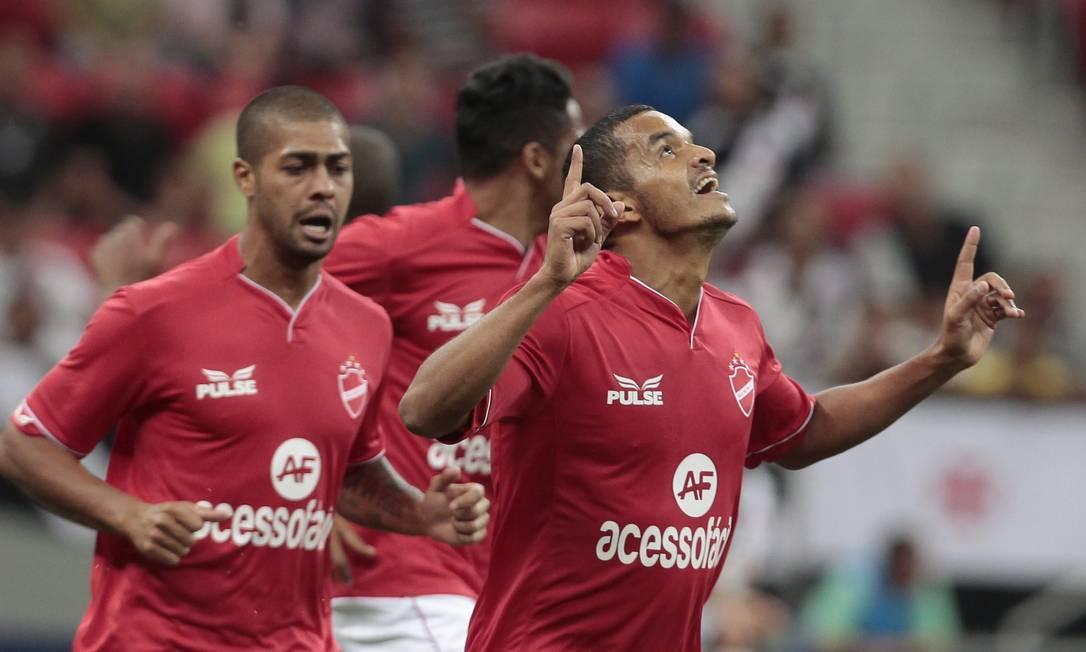 No início do jogo, Jheimy abriu o placar para o Vila Nova Foto: Jorge William / Agência O Globo