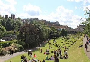 O Princes Street Gardens em Edimburgo fica cheio nos dias ensolarados Foto: Fernanda Dutra / O Globo