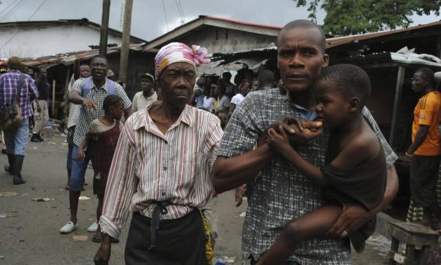 Residentes de área isolada em Monróvia, na Libéria, tentam fugir durante protestos reprimidos por forças policiais