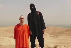 """Cena do vídeo da execução do jornalista americano. De acordo com o """"The Guardian"""", o homem de preto seria um jihadista britânico Foto: Reprodução"""