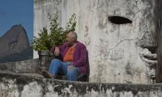 O inglês Bob Nadkarni em sua casa de formas exóticas e vista espetacular Foto: Guilherme Leporace