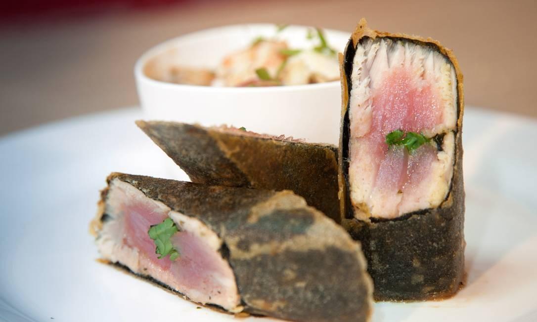 O cassoulet brasileiro servido com atum crocante Foto: Bianca Pimenta/O Globo