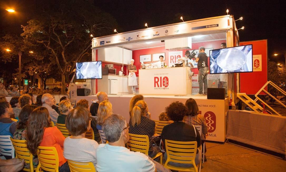 O público foi até a Praça Saens Peña para aprender a receita do Cassoulet Brasileiro dos chefs do Copacabana Palace Foto: Bianca Pimenta/O Globo