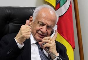 Senador Pedro Simon em seu gabinete em Brasília: cardiologista recomendou que ele não se candidatasse a mais uma disputa eleitoral Foto: Ailton de Freitas / Agência O Globo