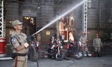 Bombeiro exibe equipamento de combate a incêndios que poderá ser acoplado a motocicletas Foto: Marcos Tristão / Agência O Globo