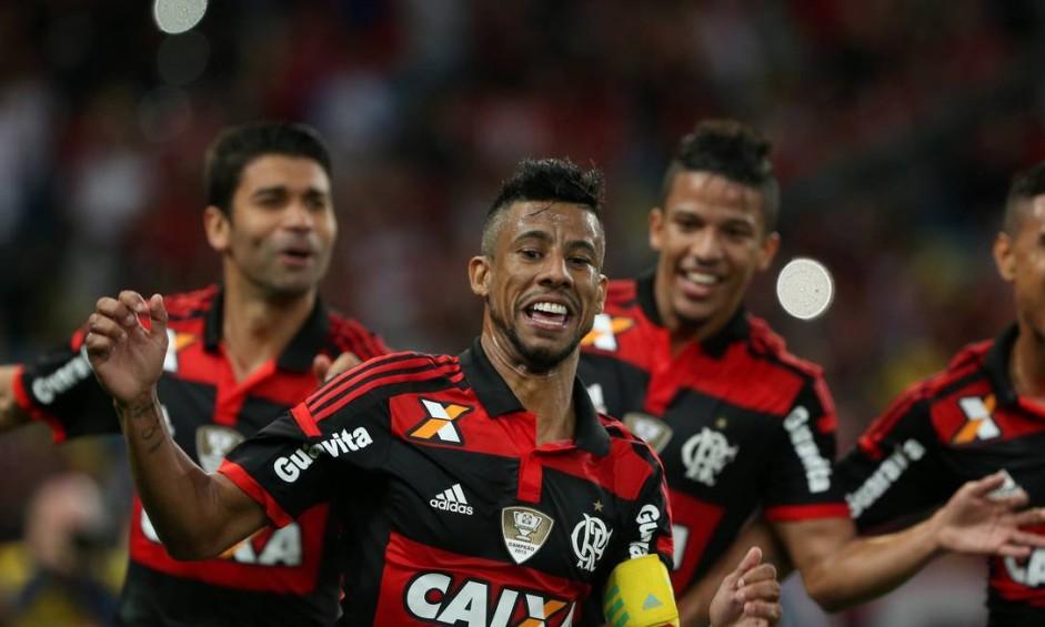 Eduardo da Silva e Nixon correm para comemorar com Léo Moura o primeiro gol do Flamengo Foto: Marcelo Theobald / Agência O Globo
