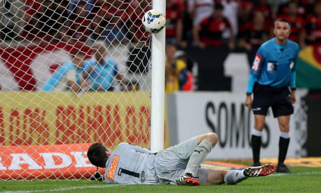 No segundo gol, marcado por Eduardo da Silva, o goleiro Victor espalmou a bola, que bateu na trave Foto: Marcelo Theobald / Agência O Globo