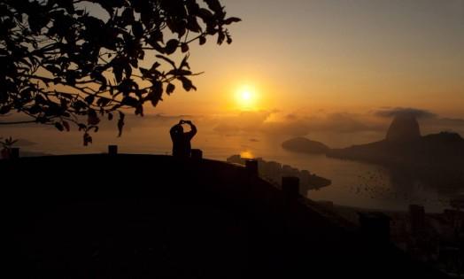 Homem registra o amanhecer do Mirante Dona Marta Foto: Guilherme Leporace / Agência O Globo