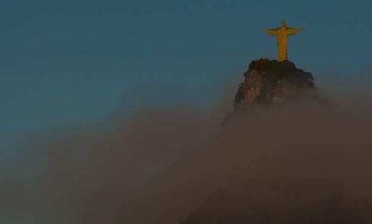 O Cristo Redentor no amanhecer desta quinta-feira Foto: Guilherme Leporace / Agência O Globo