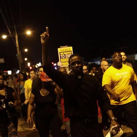 Manifestantes protestam contra o tiroteio morte de Michael Brown em Ferguson Foto: Joshua LOTT / AFP