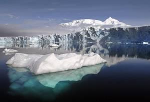 Glaciar na Antártica: oceanos Atlântico e do Sul estariam capturando calor da atmosfera e ajudando a conter ritmo do aquecimento global nos últimos anos Foto: British Antarctic Survey/NASA