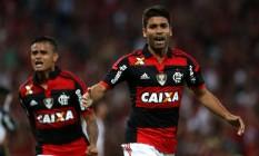 Eduardo da Silva comemora mais um gol no Maracanã com a camisa rubro-negra Foto: Rafael Moraes / Agência O Globo