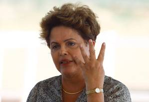 Em Floresta, Dilma defendeu Graça Foster e disse que a presidente da Petrobras 'já explicou' repasse de bens a parentes durante investigação da compra de Pasadena Foto: André Coelho / Agência O Globo