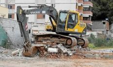 Máquina no terreno da antiga sede do Clube dos 50, onde hoje há só entulho Foto: Felipe Hanower / Agência O Globo