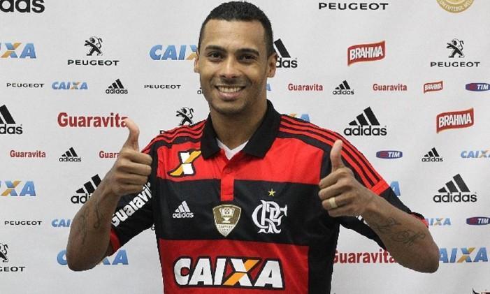 Elton veste a camisa do Flamengo em sua apresentação oficial. Ele usará o número 9, deixado pelo artilheiro Hernane Foto: Divulgação/Flamengo