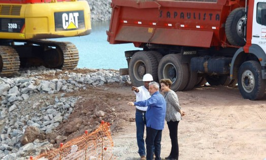 Lula e Dilma visitaram as obras de transposição do São Francisco. Na foto, eles conferem o Eixo-Leste, próximo a cidade de Floresta (PE) Foto: andré Coelho / Agência O Globo