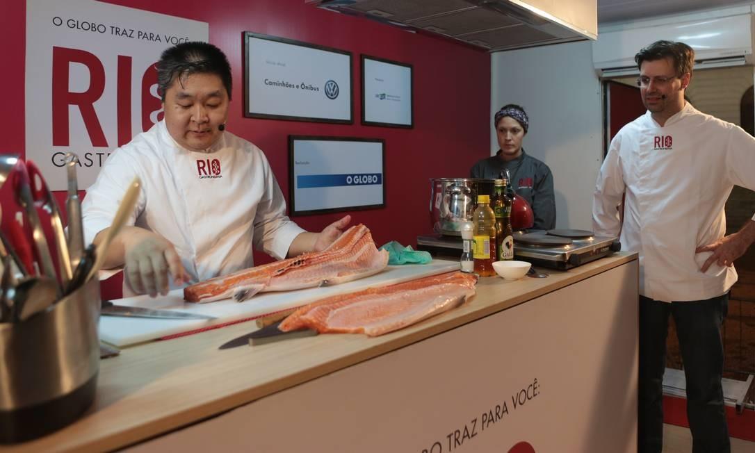 À esquerda, o chef nipo-brasileiro Nao Hara, ao lado do chef belga Frédéric De Maeyer. Eles estiveram na Cinelândia Foto: O Globo / Cecília Acioli