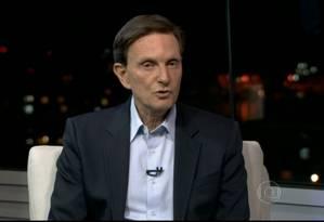 Marcelo Crivella (PRB) é entrevistado pelo RJ-TV Foto: Reprodução
