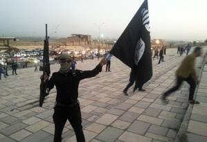 Um jihadista segura a bandeira do autoproclamado califado do Estado Islâmico Foto: REUTERS
