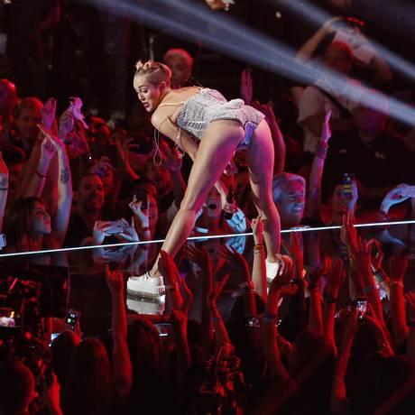 Miley Cyrus no VMA de 2013: cantora chocou pais do público adolescente Foto: LUCAS JACKSON / REUTERS