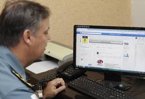 Monitoramento. Coronel Gilson Chagas, comandante do 12º BPM, busca diariamente informações nas redes sociais. Foto: Márcio Alves / Agência O Globo