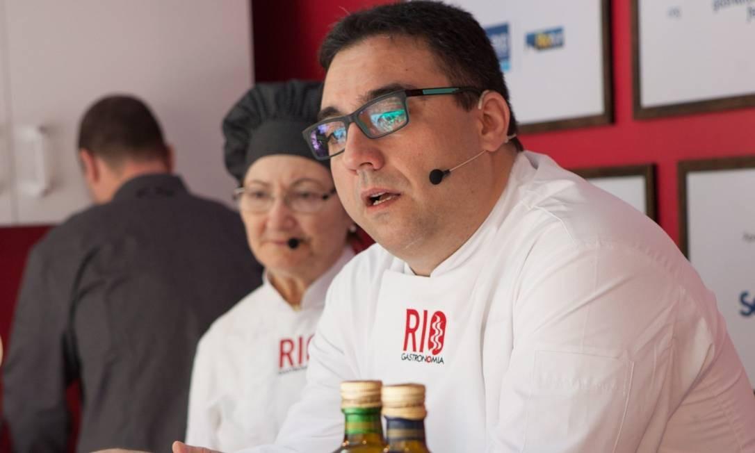 Dona Henriqueta e o filho Alexandre da Cunha ensinaram a receita de bacalhau ao Brás no Caminhão Cozinha Show no Santa Marta Foto: Bianca Pimenta/O Globo