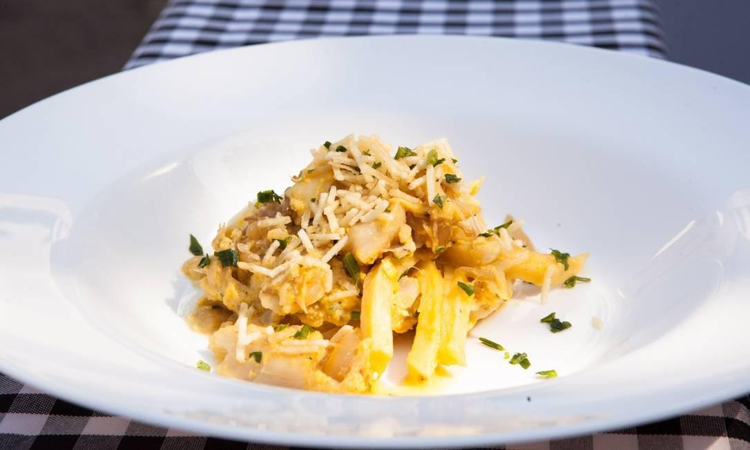 Os chefs deram dicas de como preparar o bacalhau ao Brás Foto: Bianca Pimenta/O Globo
