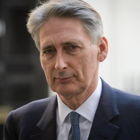 Chanceler Philip Hammond deixa Downing Street depois de reunião para discutir a crise que envolve grupo radical Estado Islâmico Foto: LEON NEAL / AFP