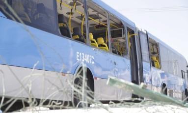 Caminhão atingiu ônibus do BRT Transcarioca Foto: Márcia Foletto / Agência O Globo