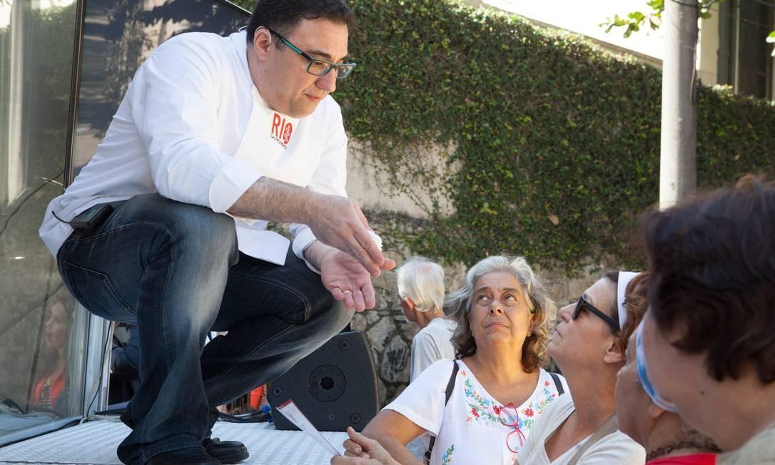 O chef Alexandre Henriques tira as dúvidas da plateia no Santa Marta Foto: Bianca Pimenta/O Globo