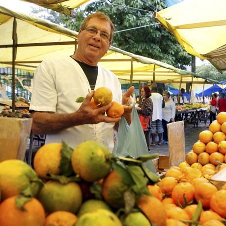 Resistência. Aldo Lima, morador de Alcântara, trabalha há 43 anos em Niterói vendendo laranjas Foto: Gustavo Stephan