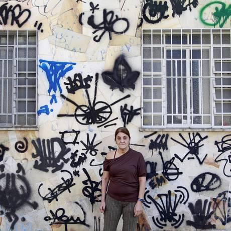 Indignada, Maria das Graças mostra a situação atual da casa dela Foto: Márcio Alves / Agência O Globo