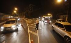 Carros na saída da Estrada Fróes se espremem na pistas ao lado da ciclofaixa Foto: Felipe Hanower / Agência O Globo