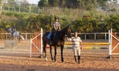 Sem ouvir a voz do treinador, Marina percebe o chamado dele, mesmo de costas, quando está a cavalo Foto: Eduardo Naddar / Agência O Globo