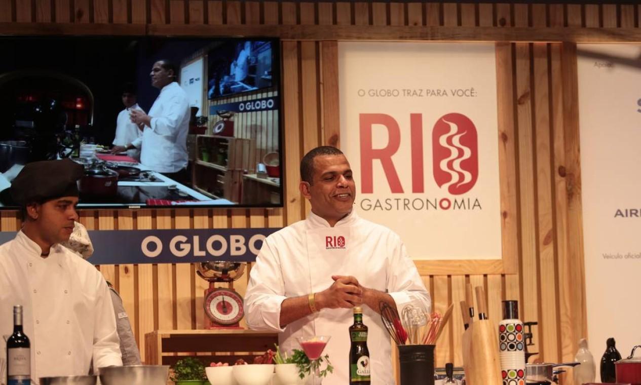 O chef Jan Santos, do Entretapas e do Ibérico, ensinou tapas espanholas e sangrias no Circuito Rio Gastronomia Foto: Cecília Acioli/O Globo