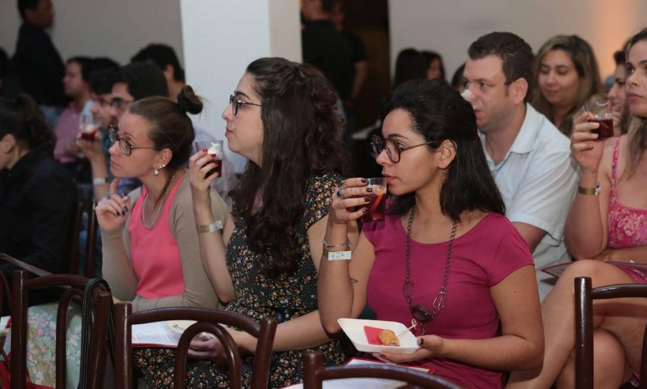Público aproveitou as provinhas preparadas pelo chef Jan Santos Foto: Cecília Acioli/ O Globo