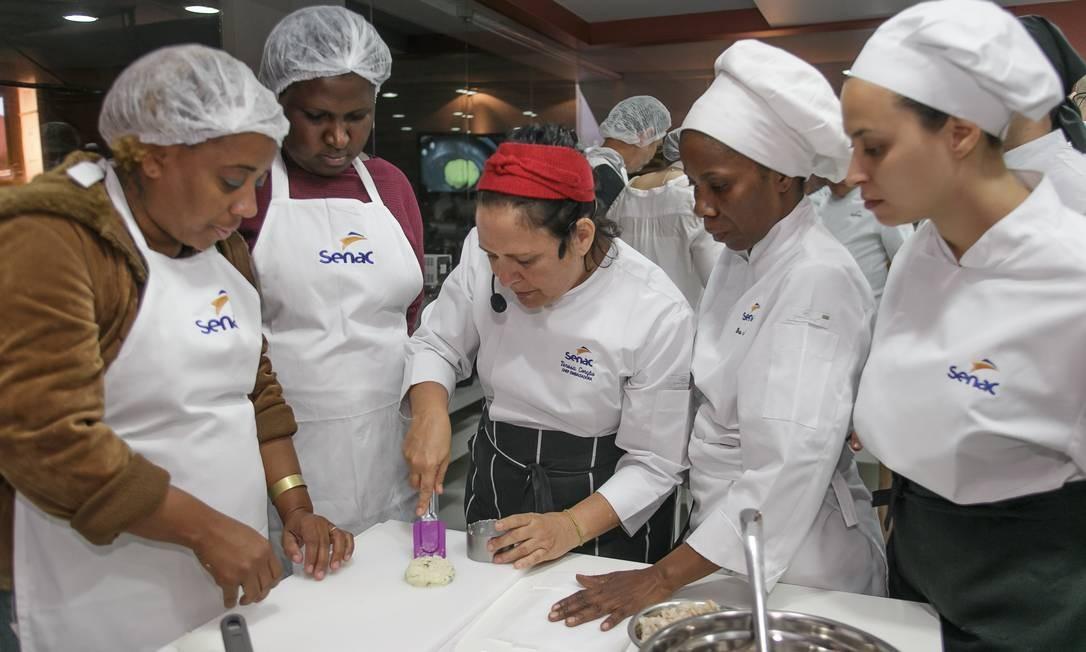 A ecochef Teresa Corção, embaixadora do Senac, deu dicas de como preparar o prato Foto: Marco Sobral/O Globo