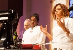 As ecochefs Ana Robeiro e Bianca Barbosa ensinam receita com produtos orgânicos Foto: Bianca Pimenta/O Globo