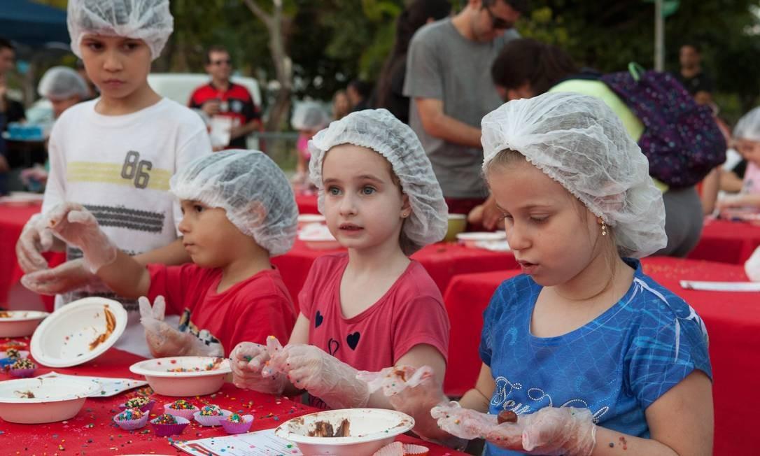 Crianças aprendem a fazer brigadeiro no Caminhão Cozinha Show, no Parque dos Patins, na Lagoa Foto: Bianca Pimenta/O Globo