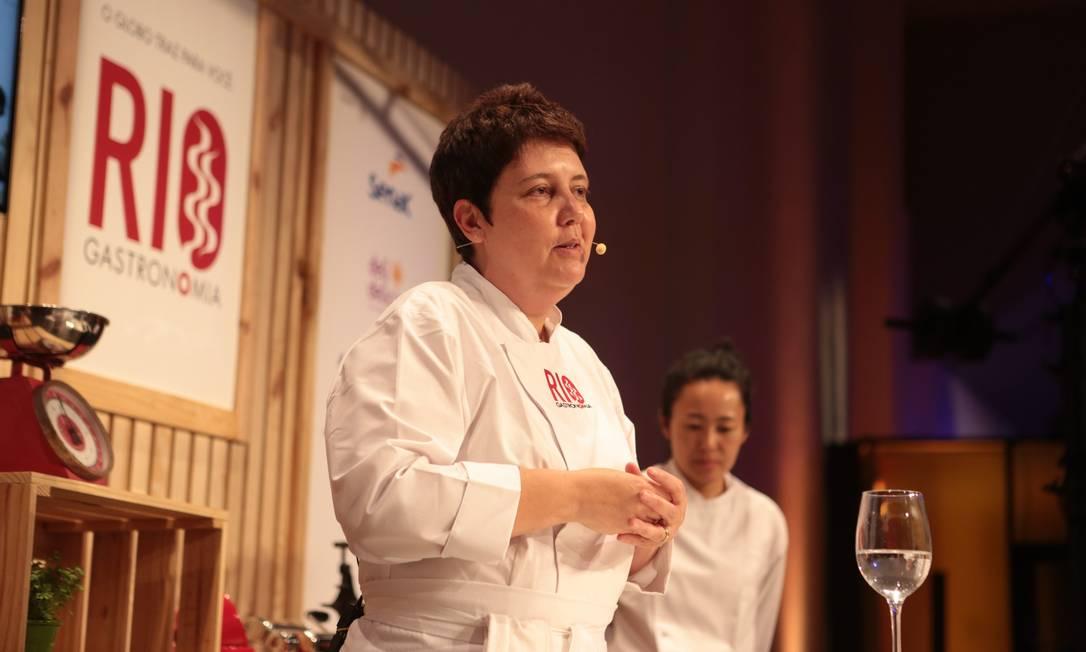 A chef Roberta Sudbrack ensinou a preparar três sobremesas no auditório do Circuito Rio Gastronomia Foto: Cecília Acioli/O Globo