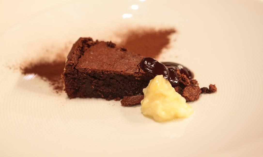 O bolo de chocolate amargo da Roberta Sudbrack Foto: Cecília Acioli/O Globo