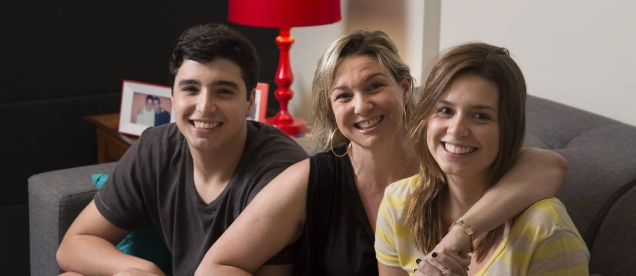Diagnosticados com TDAH, os irmãos Igor e Pâmela lidam bem com sintomas. A mãe (centro), Cláudia, buscou ajuda cedo Foto: AGÊNCIA O GLOBO / Leo Martins