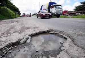 BR-101, em Pernambuco, se transformou em via urbana congestionada e cheia de buracos Foto: Veetmano Prem/AgênciaJCMazella
