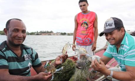 Em Neaópolis, pescadores mostram siris, animais típicos de água salgada Foto: Michel Filho / Agência O Globo