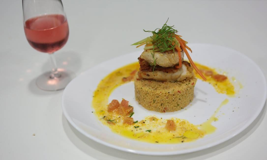 O espetinho de peixe com cuscuz amazônico preparado pela chef Teresa Corçao e harmonizado pela sommelière Jeanne Marioton, no Espaço Senac Foto: Cecília Acioli/O Globo